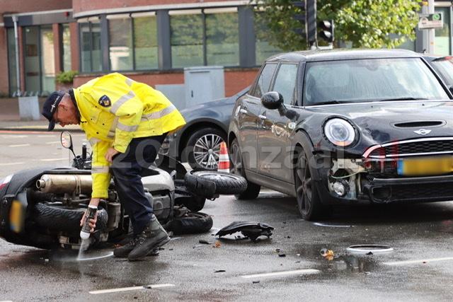 UPDATE: Gewonde bij aanrijding tussen auto en motor in Oldenzaal; politie doet onderzoek