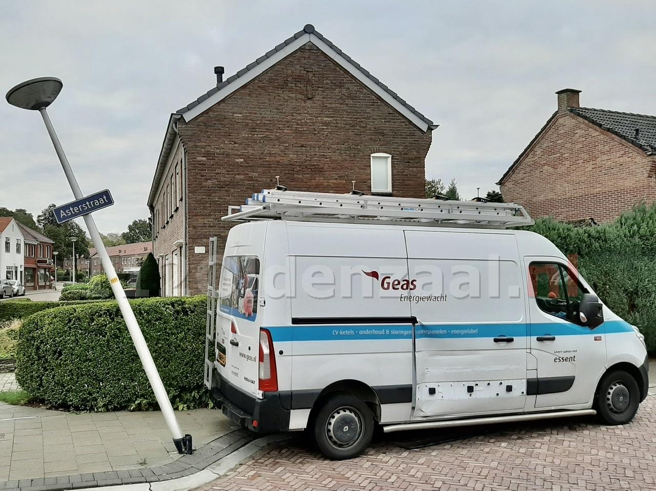 Schade aan bestelbus en lantaarnpaal na aanrijding in Oldenzaal