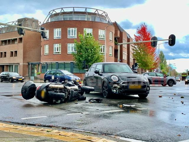 Gewonde bij aanrijding tussen auto en motor in Oldenzaal
