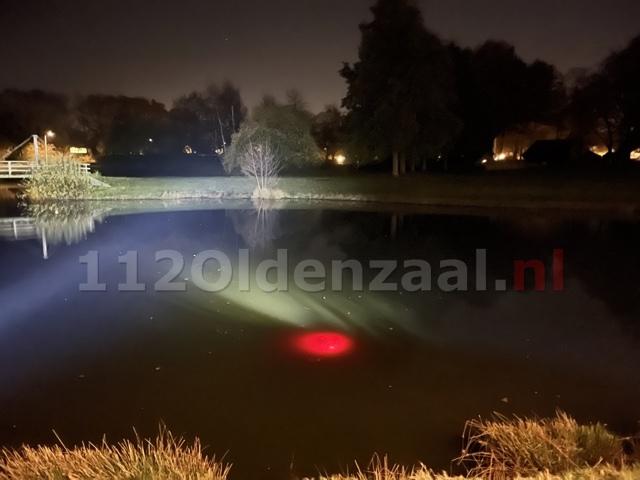 """UPDATE (foto's): """"Persoon te water"""" in Oldenzaal blijkt fietslampje te zijn"""