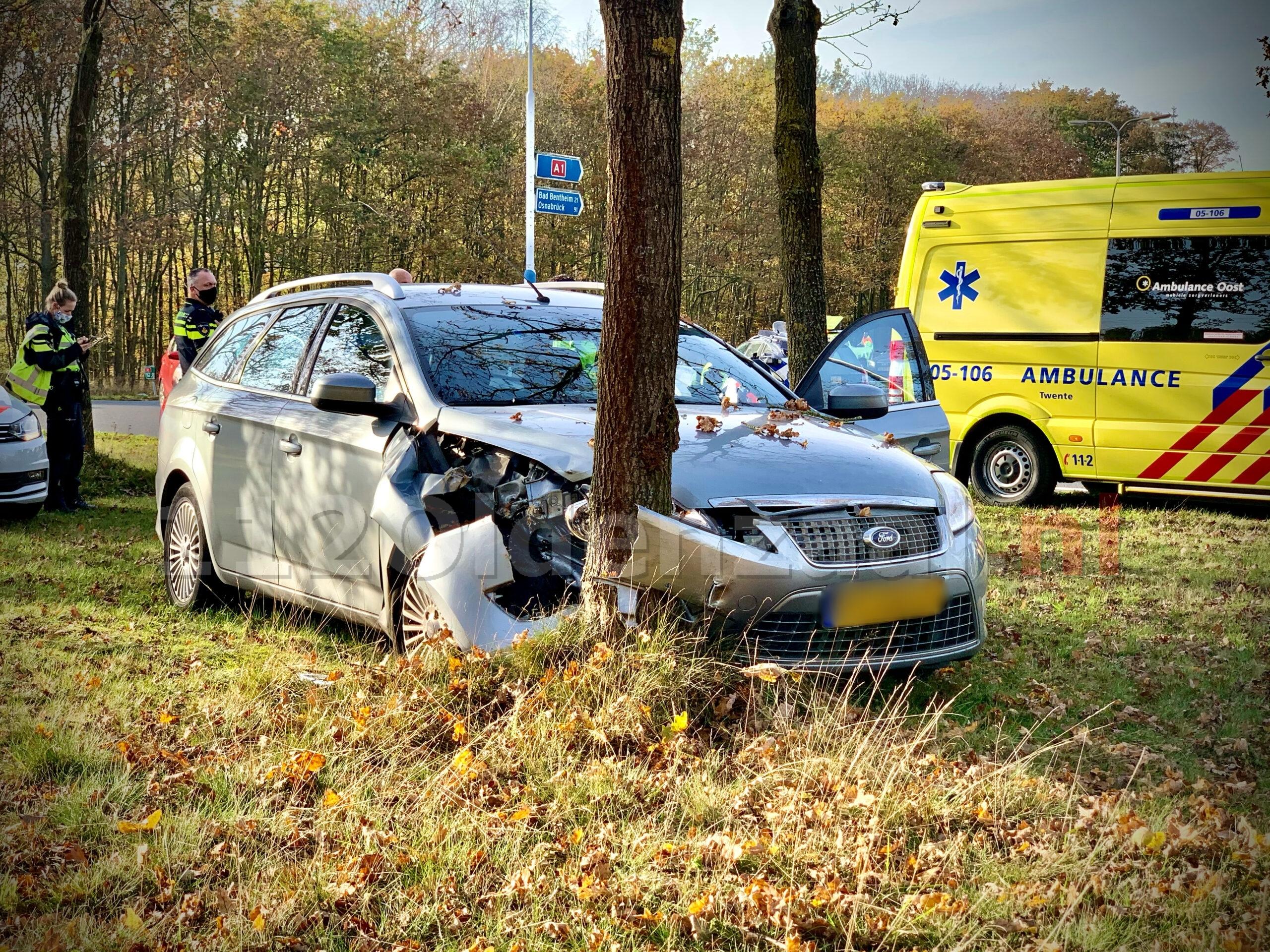 Automobiliste botst tegen boom afrit A1 Oldenzaal