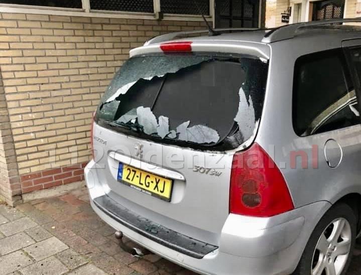 Achterruit van auto in Oldenzaal vernield