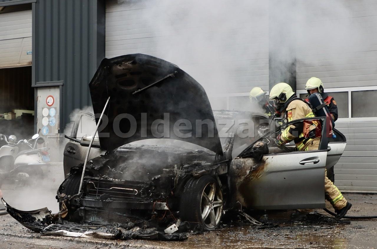 UPDATE (foto's): Auto uitgebrand bij bedrijf in Oldenzaal; pand loopt rookschade op