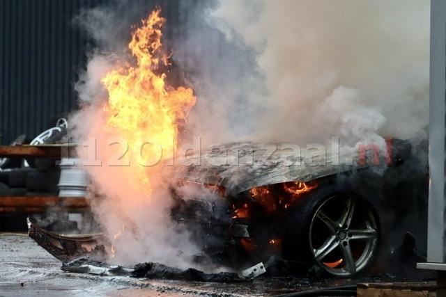 Auto uitgebrand bij bedrijf in Oldenzaal; pand loopt rookschade op