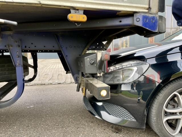 Vrachtwagenchauffeur rijdt achteruit en ziet auto over het hoofd in Oldenzaal
