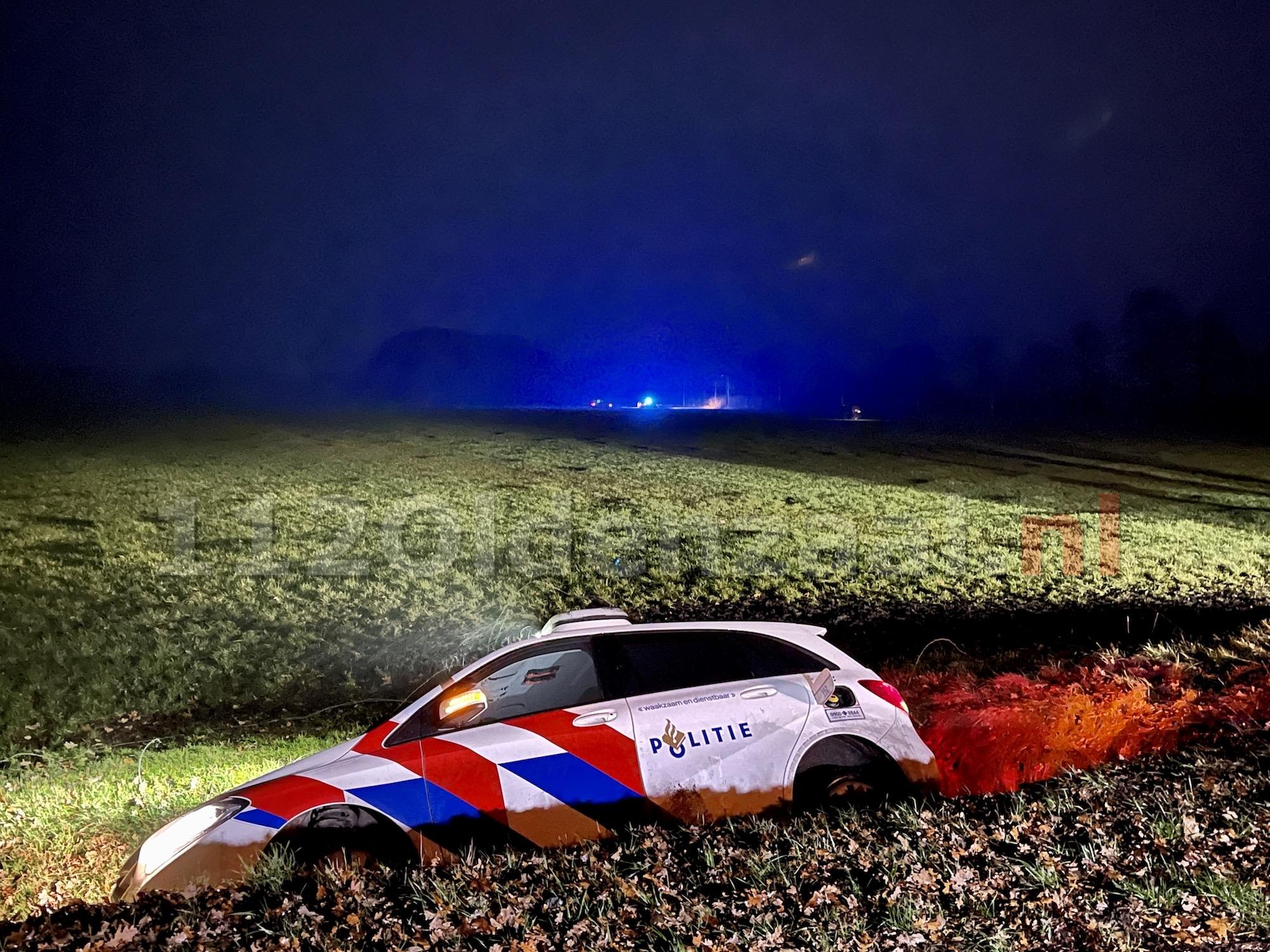 Wilde achtervolging door Noord-Oost Twente; een gewonde, twee aanhoudingen, politiewagen in de sloot