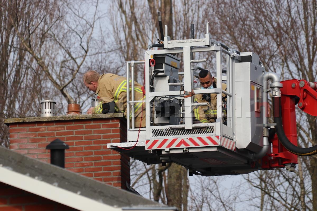 Vogel vast in schoorsteen Mussenstraat Oldenzaal; brandweer ingezet
