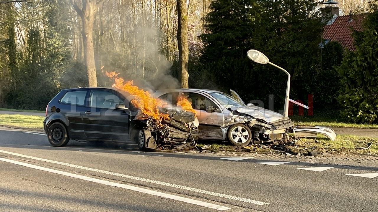UPDATE: Auto vliegt in brand na ongeval tussen Oldenzaal en Losser: twee personen naar het ziekenhuis
