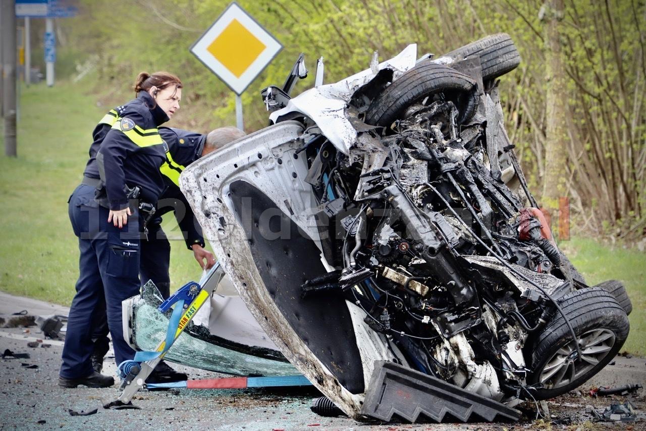Video: Ravage bij ernstig ongeval op de N342 bij Oldenzaal: auto gelanceerd op rotonde