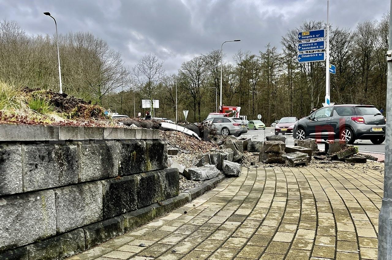 Ravage bij ernstig ongeval op de N342 in Oldenzaal: auto gelanceerd op rotonde
