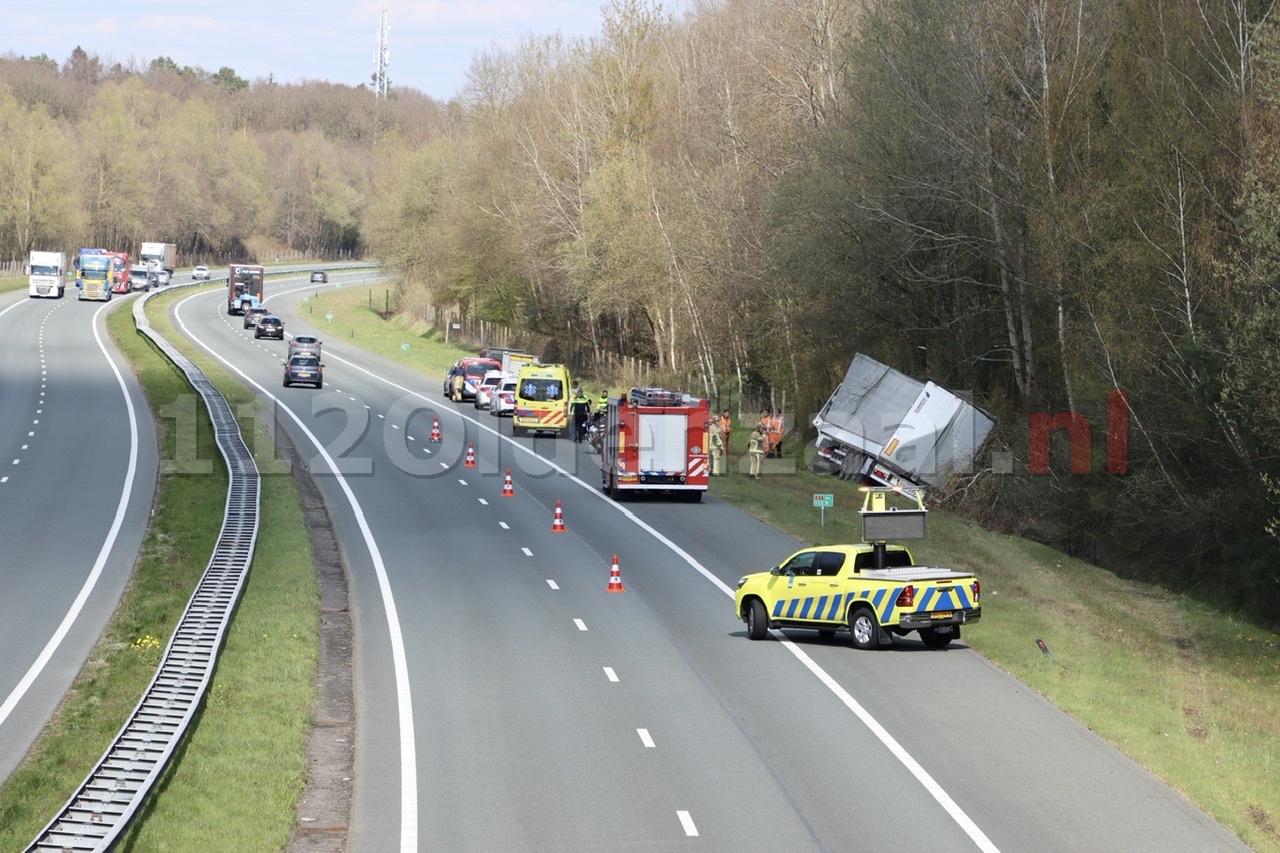 Vrachtwagen in de sloot langs A1