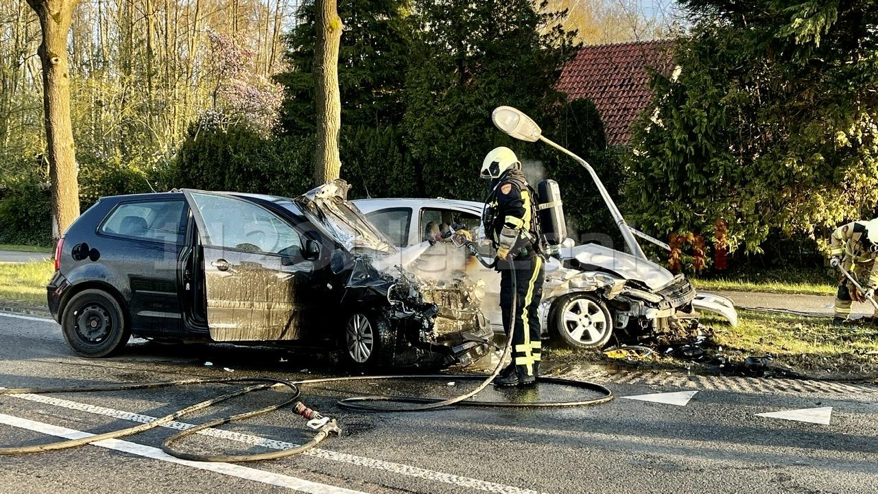 VIDEO: Auto vliegt in brand na ongeval tussen Oldenzaal en Losser: twee personen naar het ziekenhuis