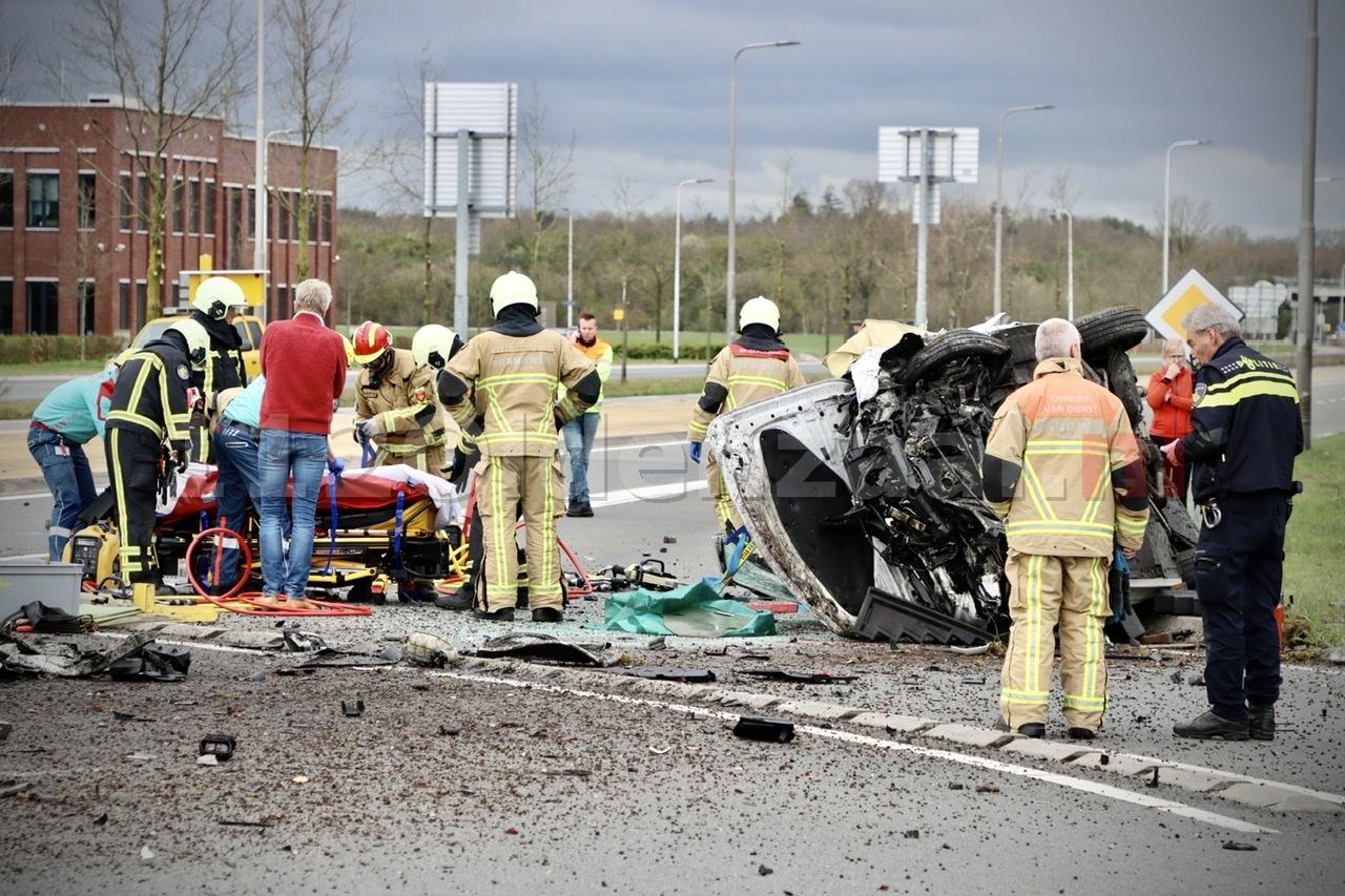UPDATE (2): Ravage bij ernstig ongeval op de N342 bij Oldenzaal: auto gelanceerd op rotonde