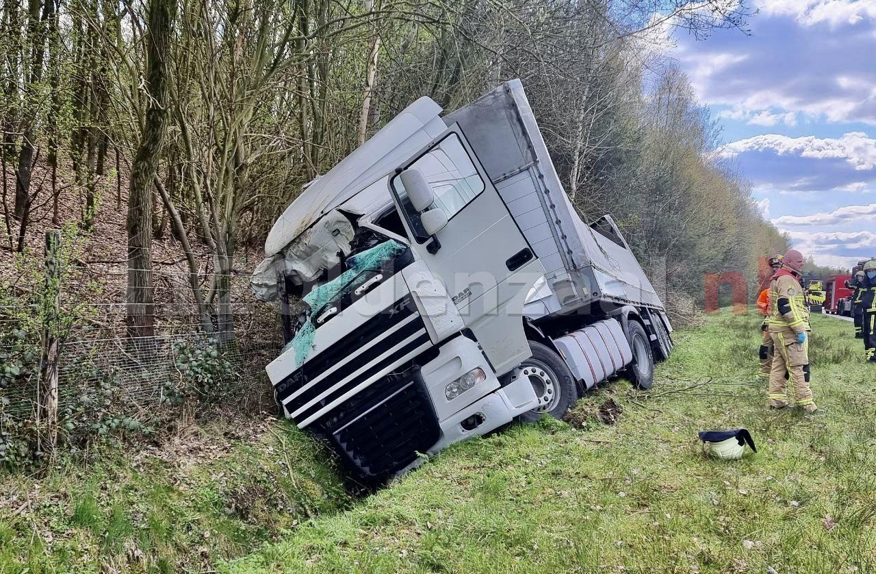 VIDEO: Vrachtwagen in de sloot langs A1