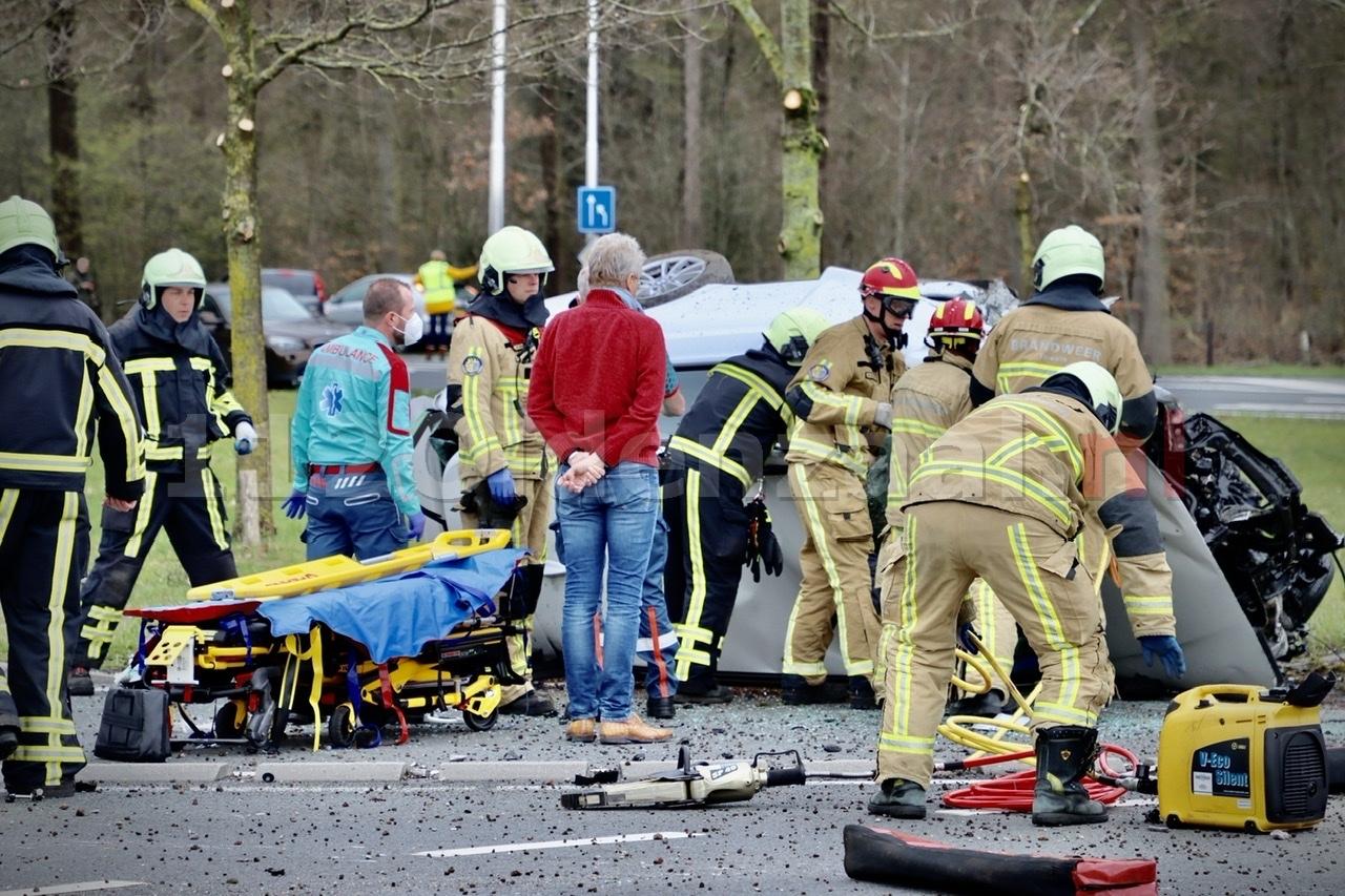 UPDATE: Ravage bij ernstig ongeval op de N342 in Oldenzaal: auto gelanceerd op rotonde