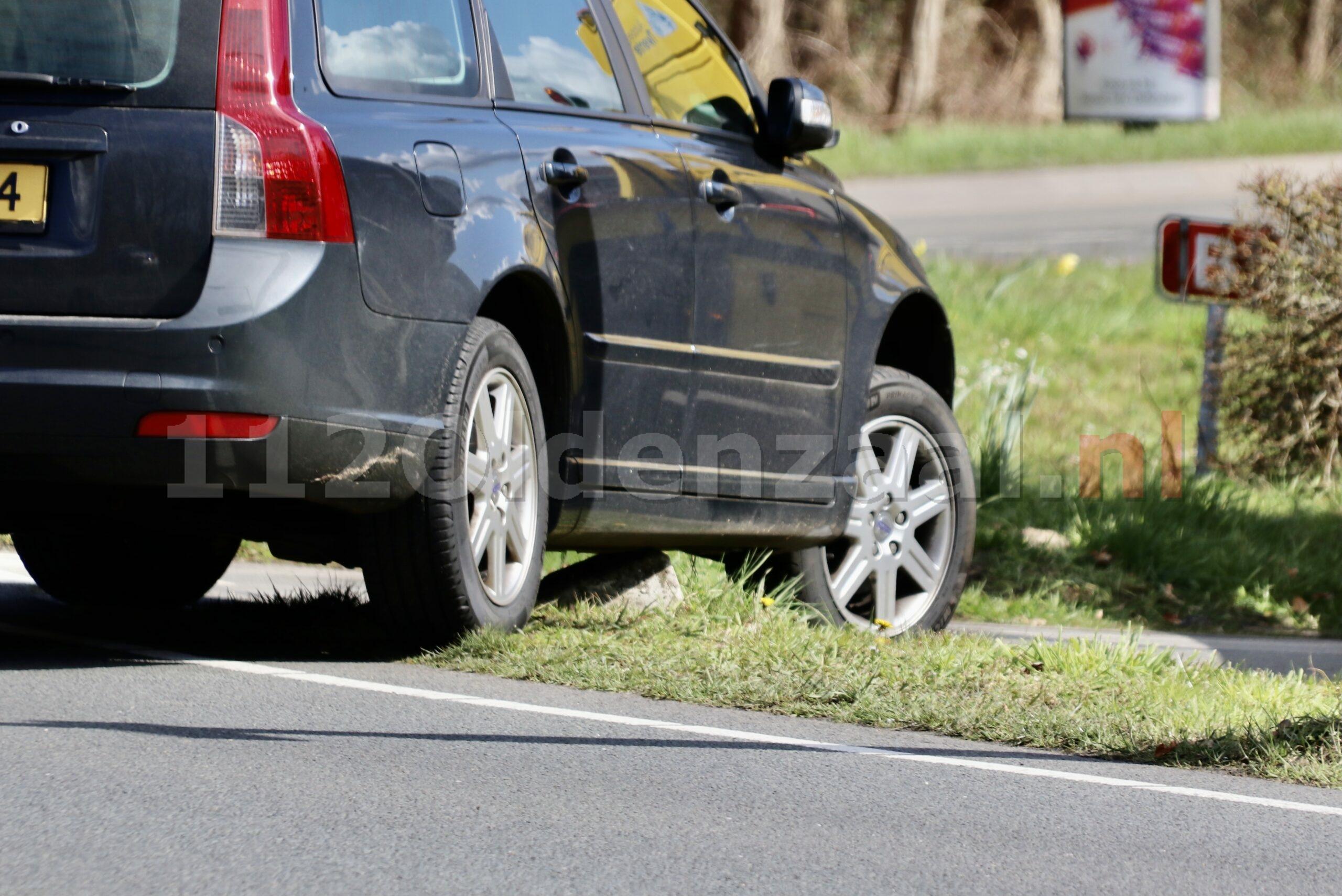 Foto: Auto komt vast te zitten op betonnen blok in Oldenzaal