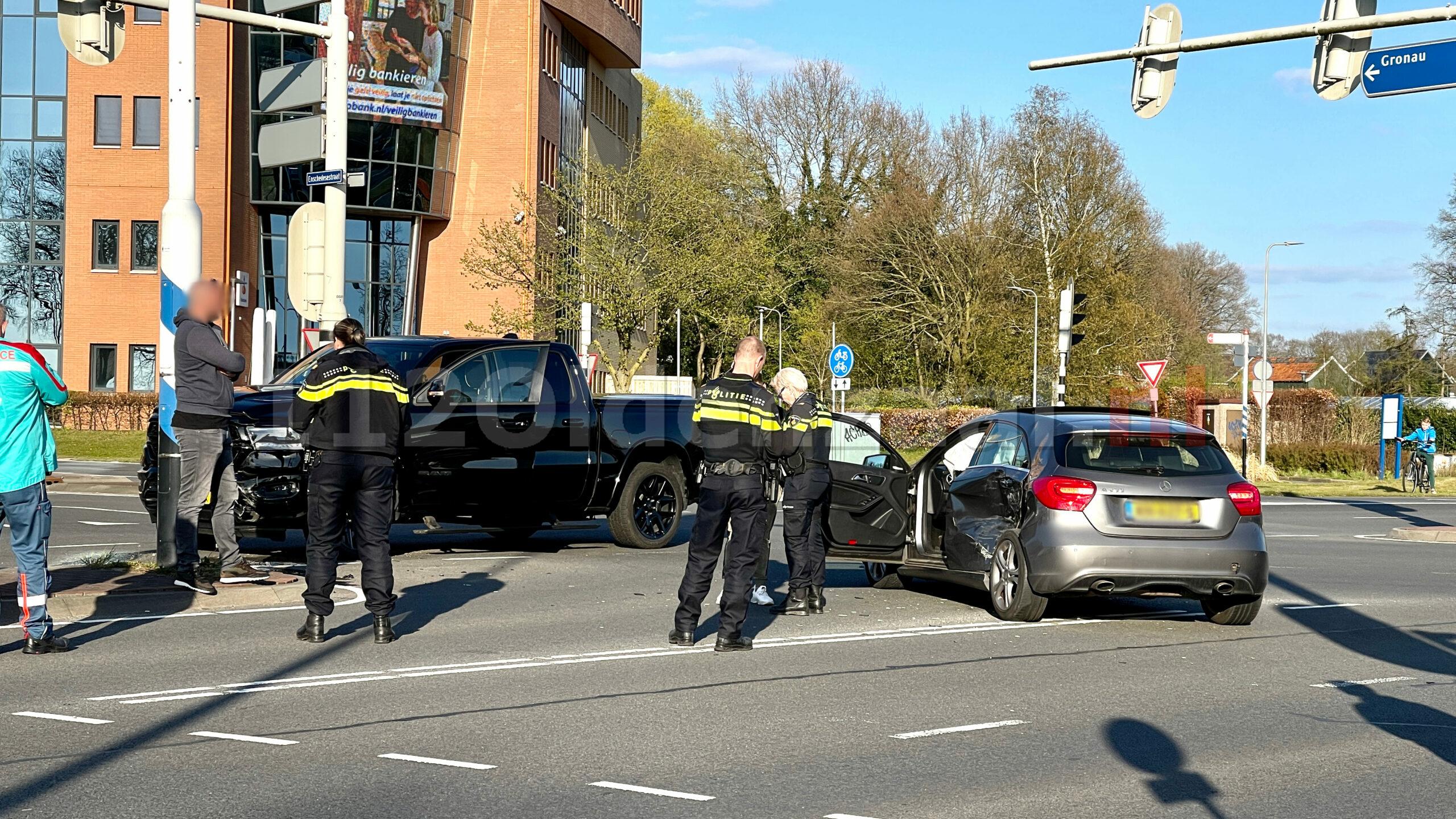 Verkeerslichten buiten werking; Schade bij ongeval tussen twee voertuigen in Oldenzaal
