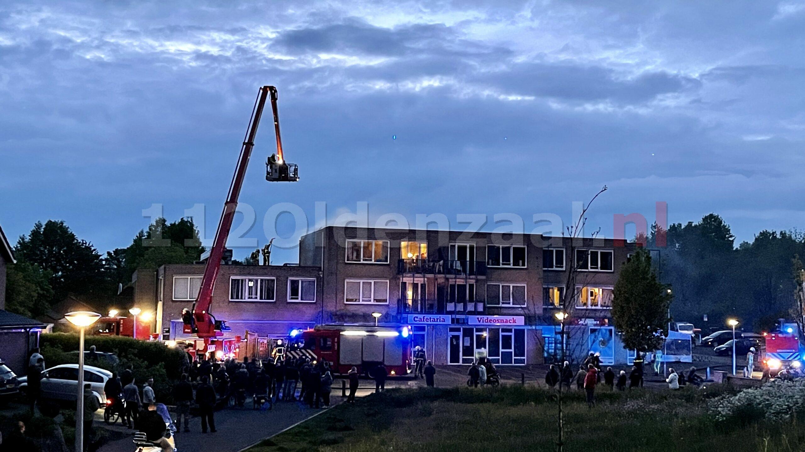 Uitslaande brand op dak appartementen in Oldenzaal