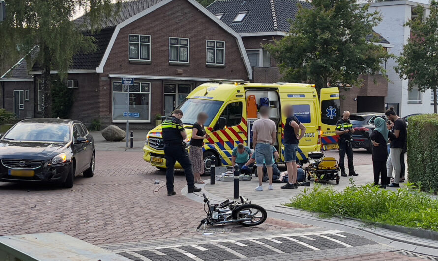 Brommerrijder met spoed naar het ziekenhuis na aanrijding met auto in Oldenzaal